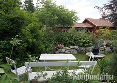 Valkoinen puinen puutarhakaluste sopii maalaismaisemaan kuin nakutettu! Patio, Garden, Outdoor Decor, Home Decor, Garten, Decoration Home, Room Decor, Lawn And Garden, Gardens