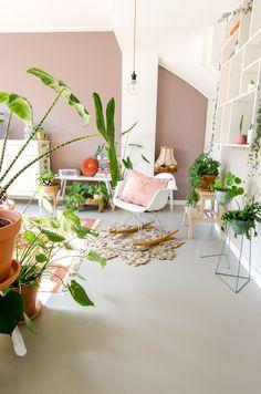 roze muur in boho ibizastijl vintage tweedehands stijl met veel roze accessoires en planten Scandi Living Room, Living Room Decor, Wood Bedroom, Bedroom Decor, Pink Walls, Home And Deco, Black Decor, Of Wallpaper, Interiores Design