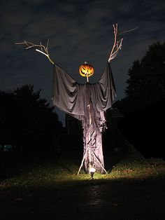 Last-minute decorating is something I'm VERY knowledgeable about. One means is to make your own Halloween decorations. These DIY Halloween decorations. Halloween 2018, Retro Halloween, Halloween Prop, Image Halloween, Casa Halloween, Vintage Halloween Decorations, Halloween Haunted Houses, Halloween Party Decor, Holidays Halloween