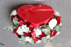 Cutie cu flori #flowers #box #flowersbox #flowersinabox #heart #gift #sayitwithflowers #madewithjoy #madewithlove #paulamoldovan #livadacuvisini #flori #evenimente #candybar #bucuresti #bucharest #florist #eucalyptus  #roses  #white #eustoma  #red #cutie #flori #cutiecuflori #floriincutie #cutieflori #inima Flower Quotes, Bucharest, Roses, Birthday Cake, Heart, Box, Gifts, Snare Drum, Presents