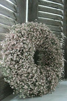 In a pail green restroom. In a pail green restroom. Wreaths And Garlands, Fall Wreaths, Christmas Wreaths, Flower Garland Wedding, Flower Garlands, Wreaths For Front Door, Door Wreaths, Gypsophila Wedding, Diy Wreath