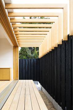 PERGOLA Shiiki Building is a minimalist house located in Yamaguchi, Japan, designed by Atelier Tekuto. Modern Pergola, Modern Patio, Outdoor Pergola, Outdoor Areas, Outdoor Rooms, Outdoor Living, Diy Pergola, Pergola Kits, Outdoor Shade