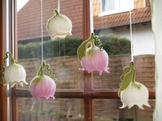 Fensterschmuck – *Maiglöckchen*Filzblume Rosa – ein Designerstück von KimFilzA… Window Ornaments – * Lily of the Valley * Felted Flower Pink – a unique product by KimFilzArtiges on DaWanda Nuno Felting, Needle Felting, Felt Flowers, Paper Flowers, Decoracion Navidad Diy, Felt Crafts, Diy And Crafts, Felt Fairy, Flower Lights