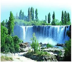 Saltos del Laja    El Salto del Laja se encuentra en la octava región. En la provincia del Biobío. A 98 kilómetro al sur de Concepción por la carretera panamericana.La ciudad más próxima es Los Angeles, ubicada a 32 kilómetros al norte del Salto del Laja. El Salto del Laja es uno de los más hermosos atractivos turísticos de la zona. Es una espectacular caída del caudaloso río Laja a un profundo cañón rocoso que ha sido horadado por las aguas.