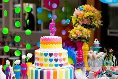 festa infantil arco-iris com bolo decorado em parta americana.