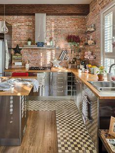 cuisine avec ilot bar, mur briques et meubles en bois et acier