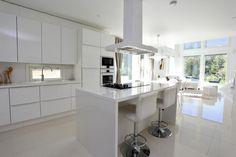 Keittiö, valkoinen, olohuonen, sisustus, saareke, ikkunat,