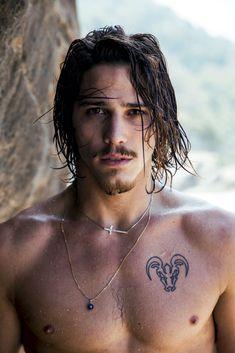 Ele é galã do horário nobre, namora a Cléo Pires e surfa <3. Mas há um tanto…
