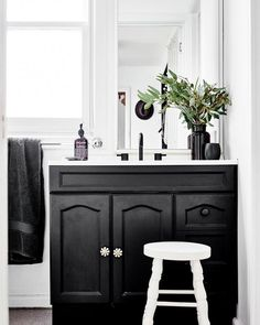 Keltainen talo rannalla: Mökkitunnelmaa Country Bathroom Vanities, Living Room Cabinets, Rustic Wood Walls, Daylesford, Wood Wall Shelf, Black Decor, Home Accessories, Cottage, Furniture