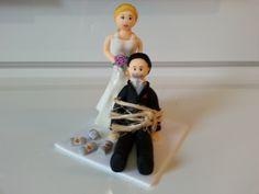 Topo de bolo noivos - Noiva segurando noivo amarrado