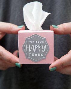 Que ideia linda!! Para as lágrimas de felicidade lencinhos especiais como lembrancinha! ADORAMOS!