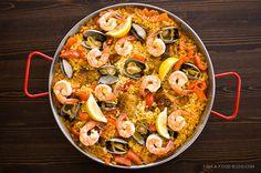 Paella es la comida bien. Yo cociné paella en España con mis amigas. Paella es un tradicional comida en España. Paella tiene carne, arroz, especias y etc.