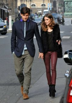 Olivia Palermo knows how to. Wear the burgundy jeans. She combined this hot fashion trend item with a black see through top, fake fur jacket and amazing black boots. I love this girl and her style. Do you like the burgundy jeans trend? Style Olivia Palermo, Olivia Palermo Lookbook, Jean Bordeaux, Look Legging, Leather Pants Outfit, Burgundy Jeans Outfit, Oxblood Jeans, Look Blazer, Stylish Couple