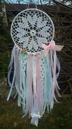 Atrapa Sueños Dream Catcher Decor, Lace Dream Catchers, Dream Catcher Boho, Crafts To Make And Sell, Diy And Crafts, Arts And Crafts, Crochet Gifts, Crochet Doilies, Sun Catchers