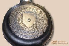 """Feldflasche aus Zinn mit Leder überzogen und verziert nach einem Originalfund aus Leiden. Neben einem Wappenschild sind die Namen der Heiligen Drei Könige """"Kasper, Melchior und Balthasar"""" als Verzierung aufgebracht."""