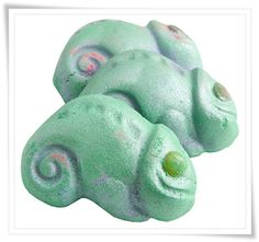 Lush Cosmetics Chameleon Bath Bomb... Grapefruit and mandarin. But it's only in the uk