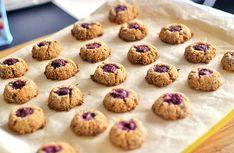 Kokosky jsou výborné - na povrchu křupavé, uvnitř měkké a šťavnaté, marmeláda dodá trošku potřebné v   Veganotic