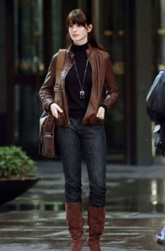 Chic Street Style: Anne Hathaway in 'The Devil Wears Prada', in jeans with black blouse, tan leather jacket and long boots. Street Jeans Fashion via Prada Outfits, Mode Outfits, Stylish Outfits, Fashion Outfits, Womens Fashion, Jeans Fashion, Fashion Boots, Fashion Trends, Estilo Da Anne Hathaway