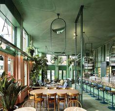 Construído na 2016 na Amsterdã, Holanda. Imagens do Maarten Willemstein. . A adição tropical para a cena gastronômica no leste de Amsterdã, o Bar Botanique, projetado pelo Studio Modijefsky, traz um interior fresco e verde...