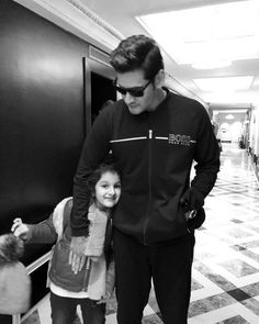 Tollywood superstar Mahesh Babu has always been a family guy. Whenever he gets a small break from his jam-packed schedules, Mahesh will always spend it Mahesh Babu Wallpapers, Movies To Watch Online, Daddy Daughter, Life Partners, Upcoming Movies, Celebs, Celebrities, Telugu, Superstar