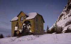 Arte de rua Rural por artistas noruegueses Dolk e Pobel cobre em uma casa abandonada perto de Vik, na ilha de Gimsoya.