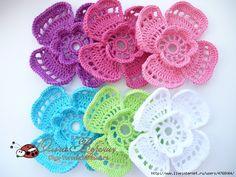 Un'insieme di fiorellini colorati all'uncinetto