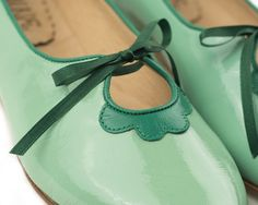 Flat leather shoe in green. Handmade in Argentina. * Leather upper * Leather insole * Leather sole * 1/3 inch heel * Super comfy Made as before, with love and dedication.