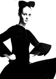 Suzie Smith in Cristóbal Balenciaga, photo by Tony Kent, 1969