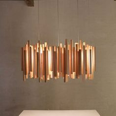 Voici une magnifique suspension en bois. Woods d'Arturo Alvarez offre une lumière très intéressante pour créer une ambiance particulière chaleureuse. Le bois donne un esprit de convivialité et familiale. C'est aussi un luminaire qui peut convenir à une multitude d'utilisation : chambre, cuisine, salon, salle à manger...