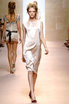 Alberta Ferretti Spring 2006 Ready-to-Wear Collection - Vogue Alberta Ferretti, Ready To Wear, Fashion Show, Runway, White Dress, Vogue, Spring, Model, How To Wear