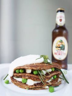 cucchiaio di stelle: Ricetta dei pancakes alla birra con scamorza, agretti, piselli e salsa al miele