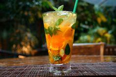 Caipirinha de tangerina com hortelã