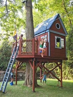 9 Best Treehouse Ideas For Kids - Cool DIY Tree House Designs<br> And theyll actually enhance your backyard. Backyard Treehouse, Building A Treehouse, Backyard Playground, Backyard For Kids, Treehouse Ideas, Zip Line Backyard, Playground Ideas, Easy Diy Treehouse, Treehouses For Kids