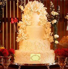 Bolo de casamento, cantos arredondados, flores de açucar no topo e caíndo pelas laterais! Uma obra de arte, este modelo é um luxo para sua mesa de doces. Aproveite para seguir www.instagram.com/simoneamaralofficial e curtir www.fb.com/simoneamaralpatisserie