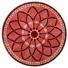Nehmen Sie Platz an einem Mosaiktisch aus Marokko und lassen Sie sich in die Ferne entführen: Von geschwungenen schmiedeeisernen Gestellen getragen, spiegelt sich in den kunstvoll arrangierten Mosaikornamenten der Tischplatten die ganze Handwerkskunst Marokkos wider.