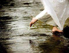 Siyah Beyazım Gri´m yoktur. Eski şarkıları dinler  Yağmuru severim. ALLAH bilir ya  Sevince güzel severim..