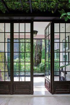 Gran entrada con puertas de vidrio repartido, que da lugar a un hall con un inmenso paño de vidrio que trae el cedro del parque al interior. Porch Windows, Windows And Doors, Steel Windows, Interior Windows, Interior And Exterior, Door Design, House Design, Casa Loft, Casa Patio