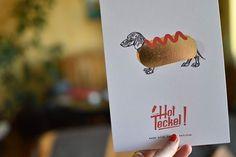 Félicitions à Momonga pour cette création originale et son Hot Teckel doré qu'on a envie de croquer !  Vous aussi réalisez votre #impressionenligne en succombant au papier 600g et sa finition dorée et faites sensation auprès de vos clients !