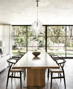 Dining Room by DISC Interiors, photographed by for LUXE Magazine White Oak Dining Table, Oak Table, Dining Room Design, Dining Room Chairs, Dining Room Furniture, Side Chairs, Dining Area, Muebles Living, Dinner Room