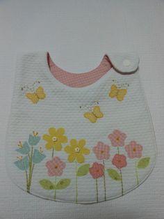 Babador para uso diário, confeccionado em tecido 100% algodão. Manta acrílica no interior.Consulte outros tecidos,padronagens e motivos aplicados.