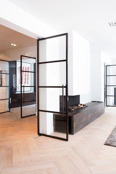 De stalen deuren staan mooi op de houten vloer. Doors Interior, House Design, New Homes, Living Room Interior, Home And Living, Interiors Dream, House Interior, Home, Interior And Exterior