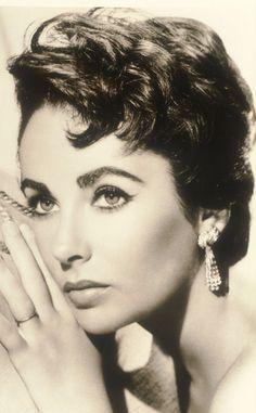 Elizabeth Taylor enmarcó sus profundos ojos violetas sobre unas tupidas y definidas cejas, que ahora son plena tendencia. Bold eyebrow!