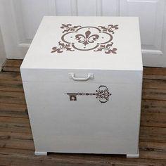 En skøn retro træ opbevaringskasse malet med Old White og stencileret med lige dele Coco og Paloma og vokset med lys voks.