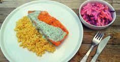 Łosoś grillowany z sosem jogurtowo – ziołowym. To propozycja na szybką, letnią kolację!