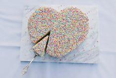 Happy Valentine´s Day! Heute wird es bunt. Bei der Funfetti Torte ist gute Laune garantiert – bunte Streusel von innen und außen werden von einer weißen Schokoladen-Buttercreme gekrönt. In Herzform, passend zum Anlass – Selbstverständlich ist aber auch jede andere Form für das Rezept geeignet! Organic Recipes, Lema, Food, Happy Valentines Day, Pastries Recipes, Drive Way, White Chocolate, Motto, Recipe