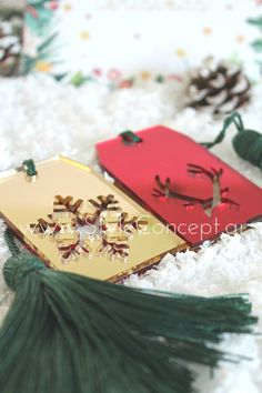 #2019 #gift #giftset #labels # snowflake #red #xmas #christmas Μια ιδιαίτερη σειρά χειροποίητων διακοσμητικών, ειδικά σχεδιασμένων με γιορτινά μοτίβα. Κατάλληλα και για επαγγελματικά δώρα.  ΧΑΡΑΚΤΗΡΙΣΤΙΚΑ: Σετ με 2 plexiglass στολίδια 5x 7,5εκ σε χρώματα διπλής όψης- κόκκινο στη μια και χρυσό στην άλλη- με κοπτικές φιγούρες τάρανδου και χιονονιφάδας & πράσινη φούντα