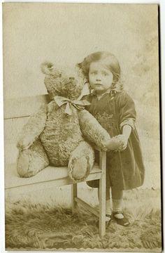 Wonderful vintage photo Girl with her Teddy bear. Old Teddy Bears, Antique Teddy Bears, My Teddy Bear, Big Teddy, Vintage Children Photos, Vintage Pictures, Vintage Illustration, Love Bear, Big Bear