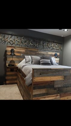 Finally completed all the finishing touches to my bedroom. Just finished the shed rack this week. What do you guys think? I'd say I'm a little obsessed with hunting but its still a pretty bad ass hunting bedroom. above bed head boards Wooden Pallet Beds, Diy Pallet Bed, Wooden Pallet Projects, Pallet Ideas, Pallet Patio, Pallet Wood Bed Frame, Rustic Bed Frames, Wood Bed Frames, Pallet Wall Bedroom