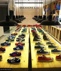 Sneakers & Co... una tienda especializada en zapatillas de todo tipo, lo que no quiere decir en zapatillas cualquiera, ojo, sino en sneakers de primeras marcas, modernas y con un diseño cuidado. Así que, si eres un gourmet de las bambas y quieres encontrar ediciones limitadas o, en definitiva, lo que no se ofrece en la zapatería de la vuelta de la esquina, definitivamente deberías apuntar Sneakers & Co en tu agenda.