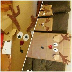 Embrulho de presente de Natal. Renas. Feito com papel pardo, papel laminado, papel aveludado, papel sufite e canetinhas ❤